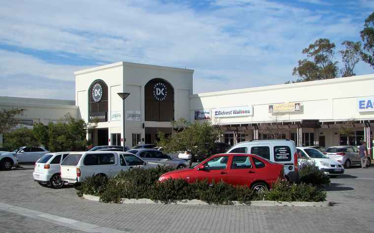 Somerset West Retail Park: The last available 120m² shop in a busy mall with ample parking for an affordable monthly rental of R16 800.