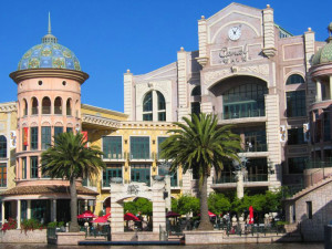 Canal Wall Mall in Cape Town, South Africa. Image source: Johnny24 Wikimedia